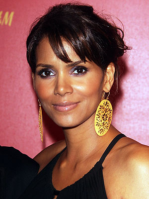 Halle Berry enfile le masque.